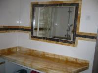 kopalnica z pultom za 2 lijaka in iz kamna okvir za ogledalo