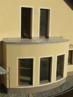 polkrozni balkon iz granita